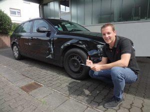 KFZ Gutachter Jens Diefenbach bei der Unfallaufnahme